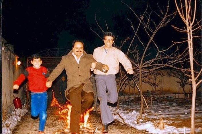 (عکس) محمدرضا شجریان و اکبر عبدی در حال پریدن از روی آتش