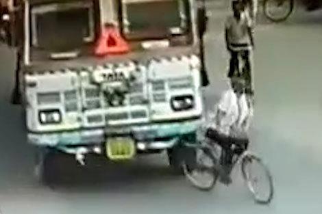 مرگ دردناک دوچرخه سوار زیر چرخ های کامیون