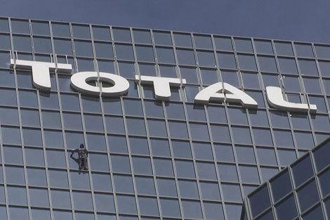 اسپایدرمن فرانسوی بر فراز برج توتال