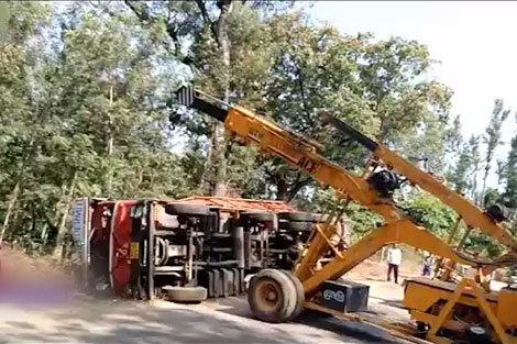 واژگونی جرثقیلی که قصد کمک به کامیون را داشت
