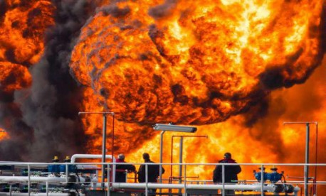 (ویدئو) انفجار پالایشگاه جلوی آتش نشانان