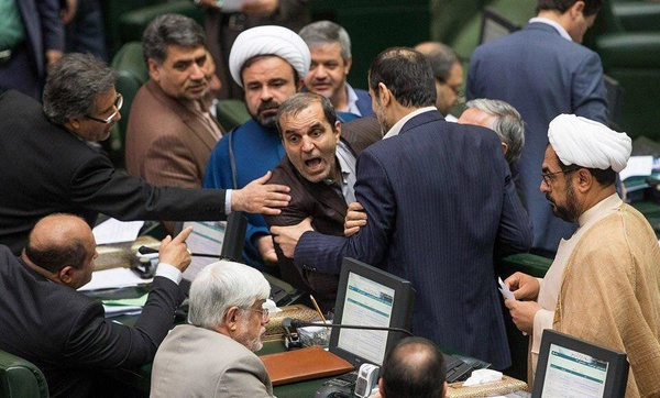 ماجرای عکسی پرحاشیه در صحن مجلس
