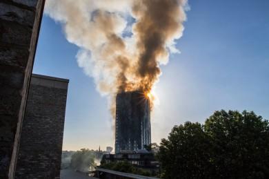(تصاویر) پلاسکوی لندن در آتش سوخت