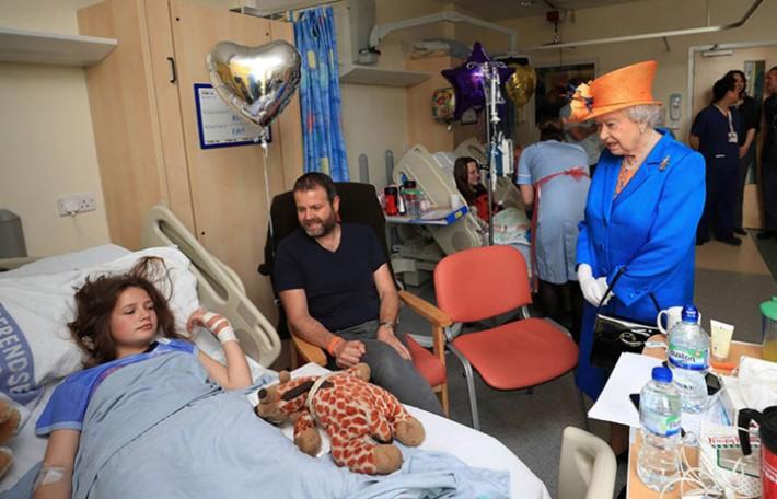 (تصاویر) عیادت ملکه از مجروحان حمله منچستر