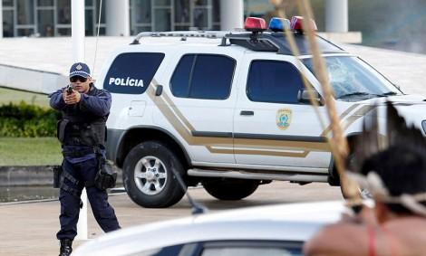 (ویدئو) درگیری فیزیکی مجرم با پلیس در خیابان