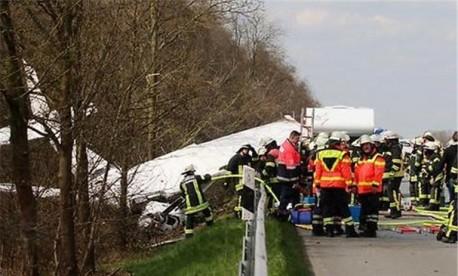 (ویدئو) لحظه هولناک سقوط هواپیما در یک بزرگراه