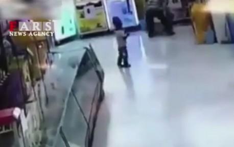 (ویدیو +16) کتک زدن وحشیانه دختر فقیر مقابل چشمان برادرش