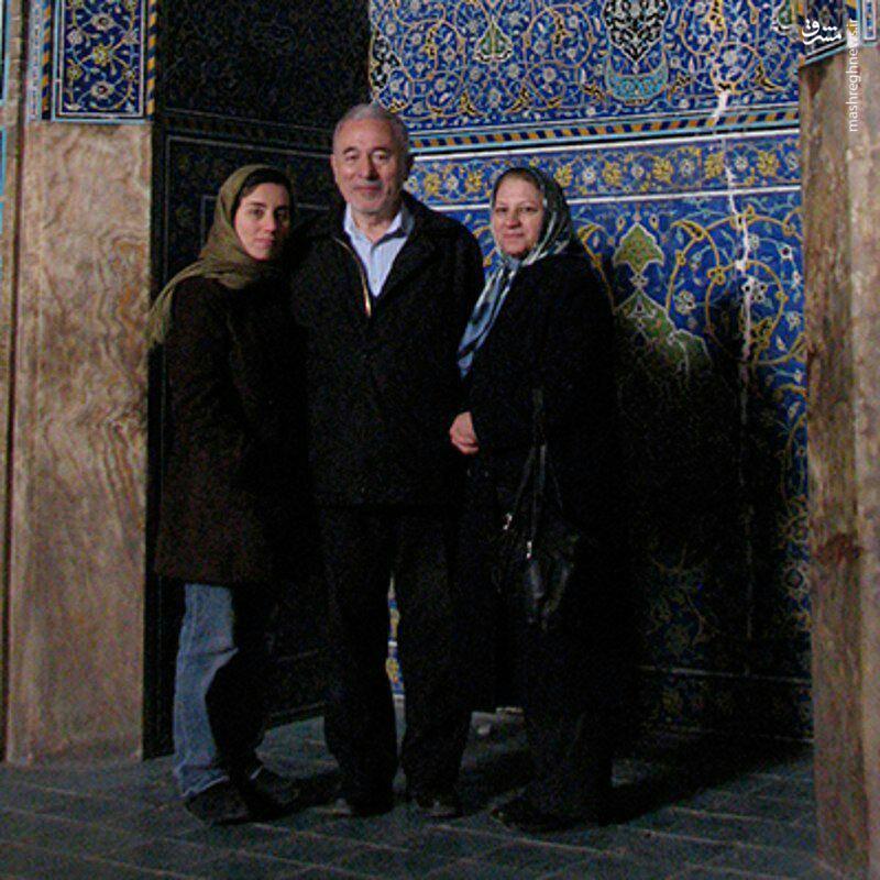 مریم میرزاخانی در کنار پدر و مادرش ,