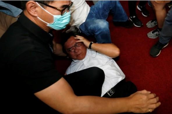 (تصاویر) زد و خورد شدید در پارلمان تایوان