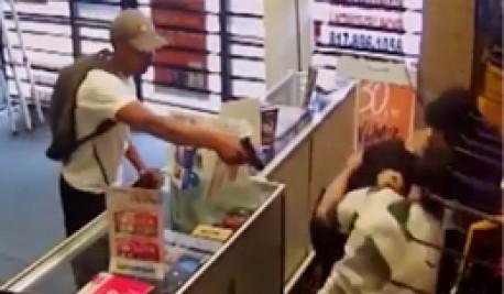 (ویدیو) فرار سارقان مسلح از دست فروشنده