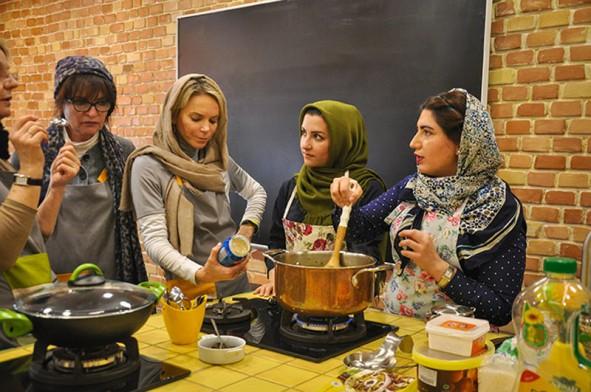 (تصاویر) آموزش آشپزی دو دختر ایرانی به گردشگران
