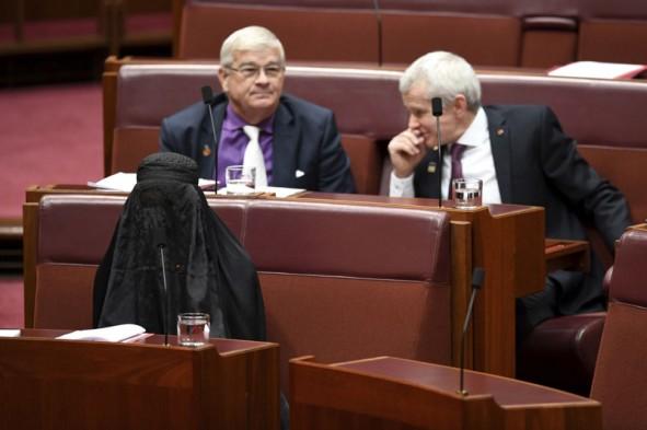 (تصاویر) سناتور جنجالی با برقع وارد پارلمان شد