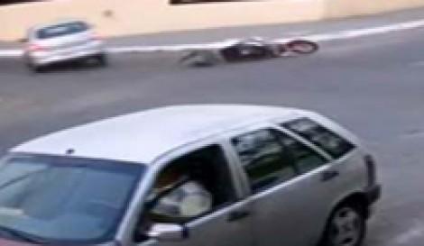 (ویدئو) تصادف دلخراش موتور سوار در چهار راه