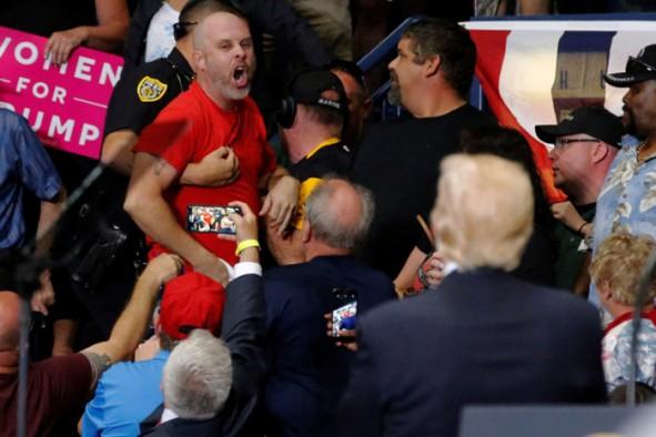 (تصاویر) فریاد یک معترض بر سر ترامپ