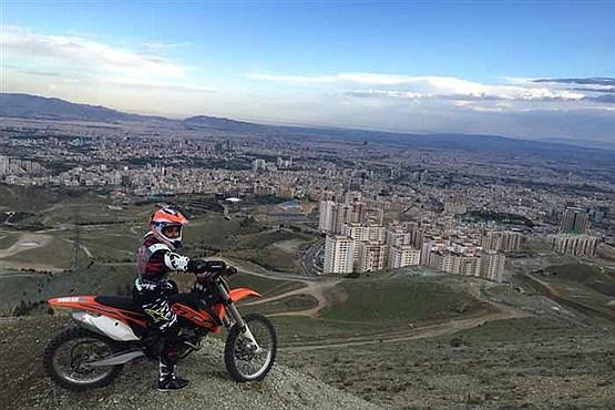 ویراژ زن موتور سوار بر بام تهران