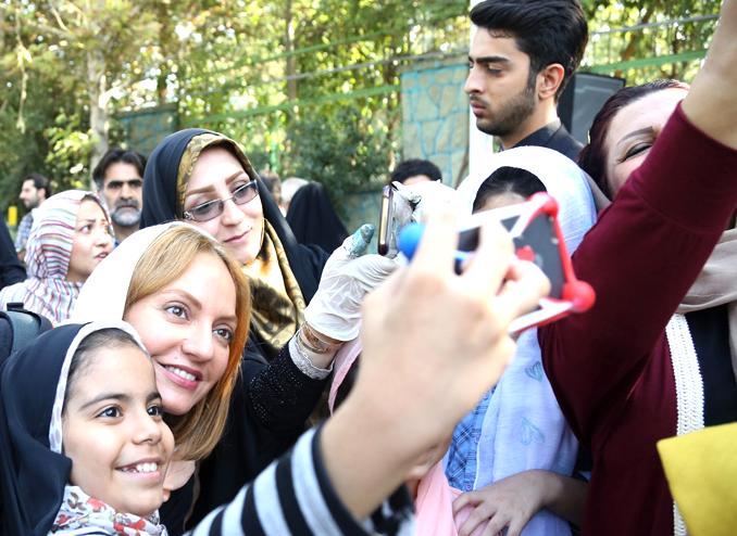 امروز به روایت تصویر// دیدارهای روحانی در آمریکا، مجسمهسازی تهران، جشنواره و ...