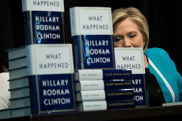 (تصاویر) صف خرید کتاب هیلاری کلینتون