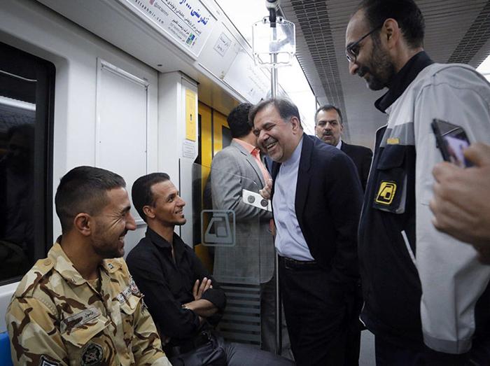 (تصاویر) مواجهه وزیر راه با دستفروش مترو