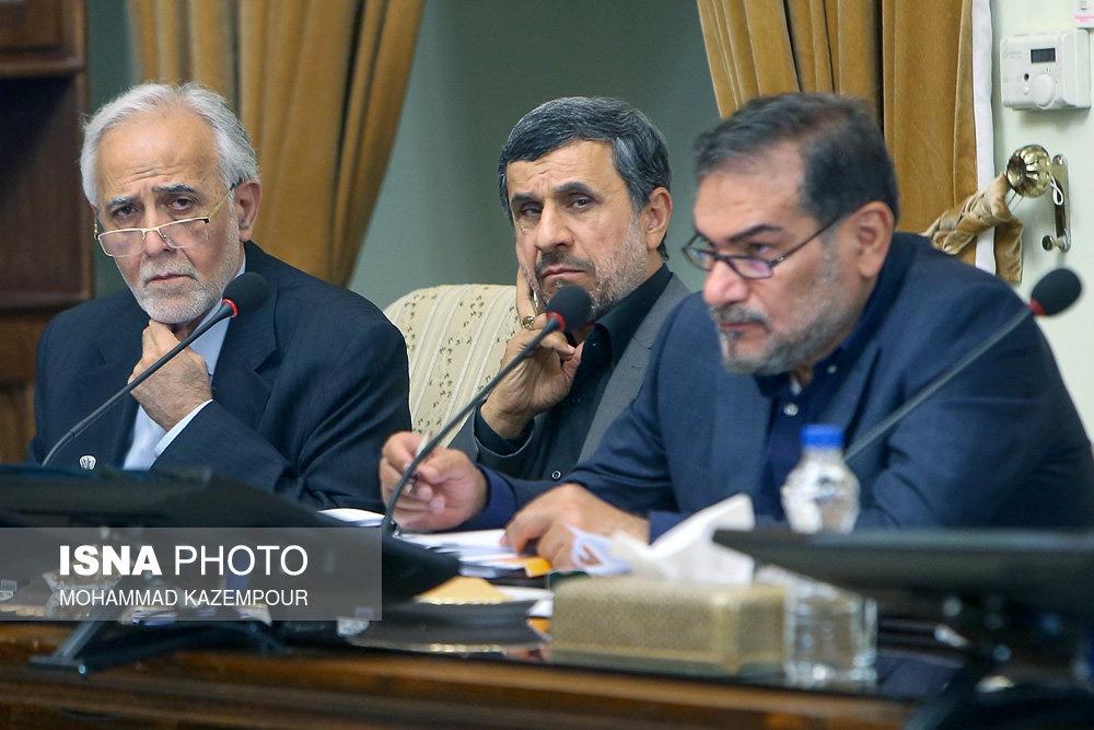 (تصویر) احمدینژاد یک روز پس از فوت برادرش