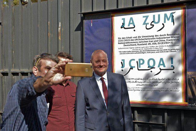 «آری به برجام» بر دیوار سفارت آلمان