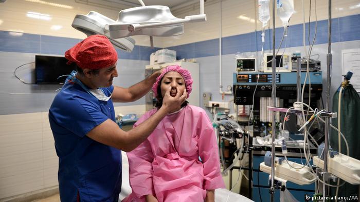 (تصاویر) گزارش خبرگزاری آلمانی از جراحی بینی در ایران