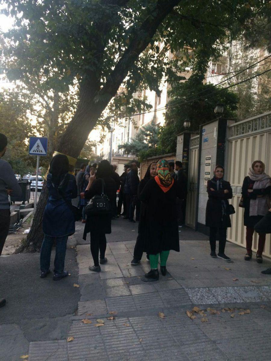 (تصاویر) تجمع معترضان کاسپین مقابل خانه احمدینژاد