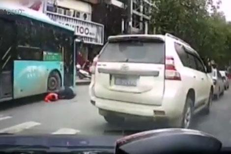 صحنه زیر گرفتن پدر و پسر توسط اتوبوس