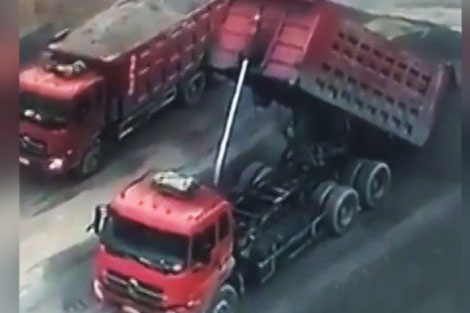 لحظه ترکیدن بالابر تخلیه بار یک کامیون