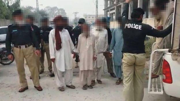 مردان مسلح دختر ۱۶ ساله را مجبور کردند برهنه در روستا راه برود!