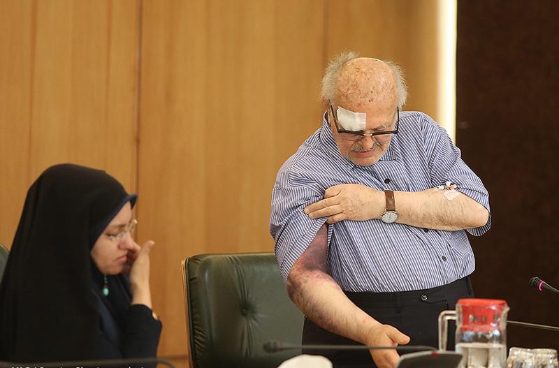 (تصاویر) خبرنگار مضروب در نشست خبری نوبخت