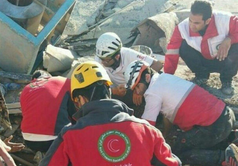 (تصویر) نجات نوزاد کرمانشاهی از زیر آوار زلزله