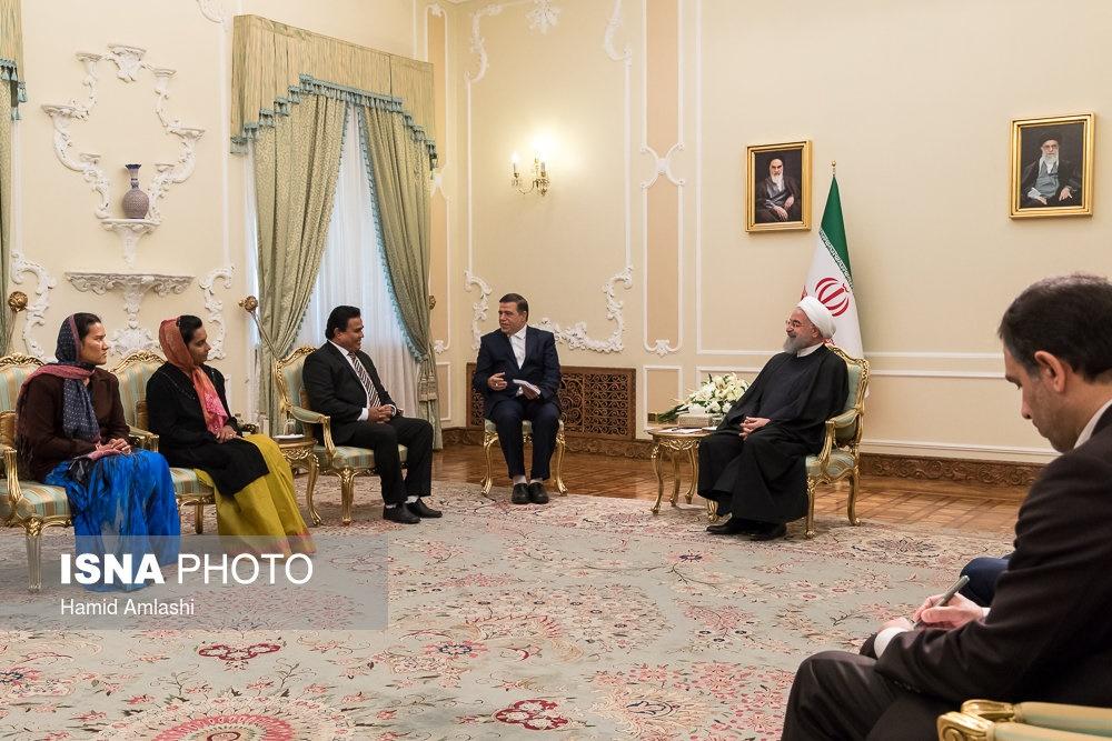 (تصاویر) تیپ متفاوت همراهان سفیر در دیدار با روحانی