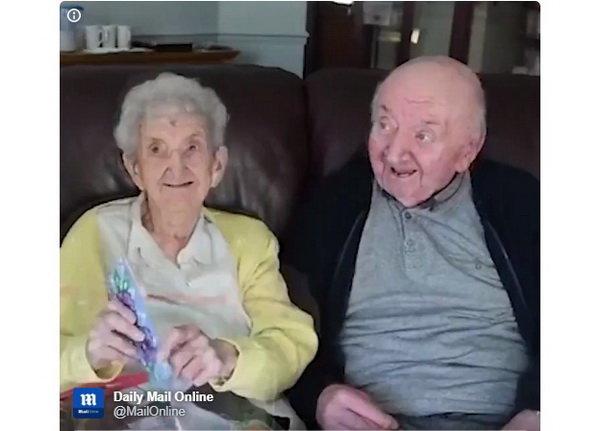مراقبت مادر ۹۸ ساله از پسر ۸۰ ساله