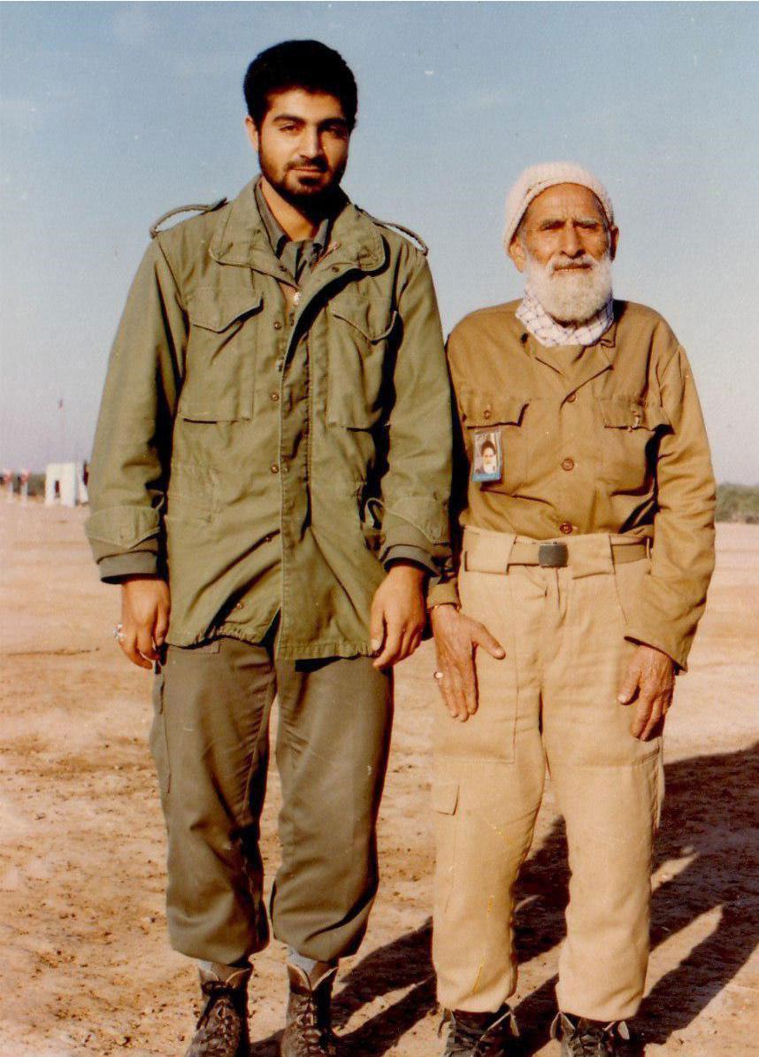 تصویری از سردار سلیمانی و پدرش در جبهه