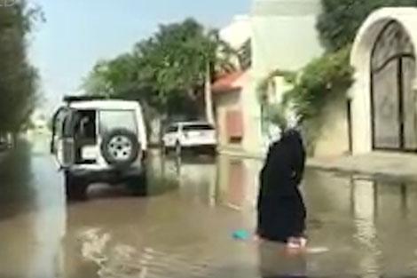 موج سواری زن عربستانی در خیابانی در جده!