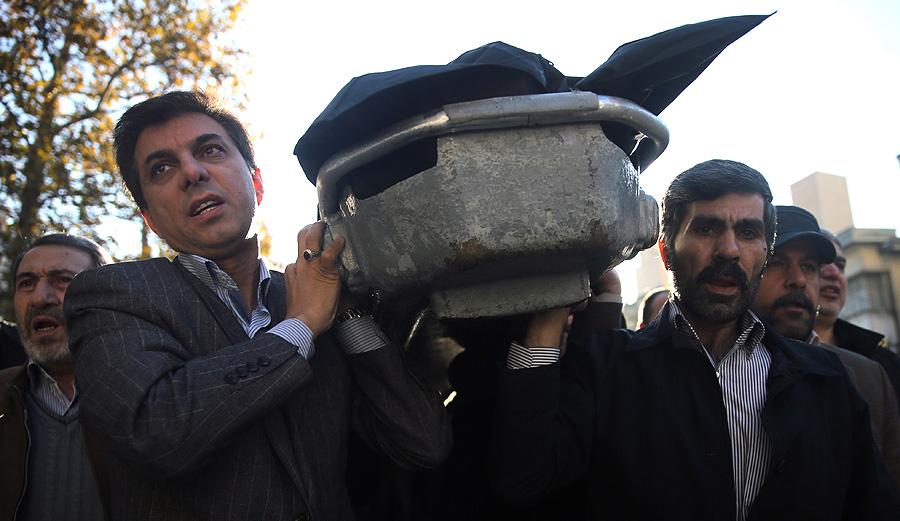 (تصاویر) فرزند رهبر انقلاب در تشییع پیکر مرحوم چایچیان