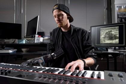 یک معلول با پروتز فراصوتی، پیانو نواخت