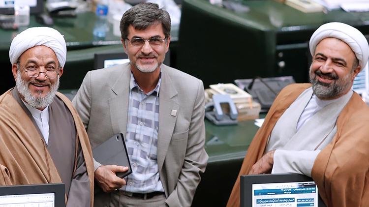 بعضی نمایندگان دست به کت احمدینژاد میکشیدند و دستشان را به خودشان میمالیدند!