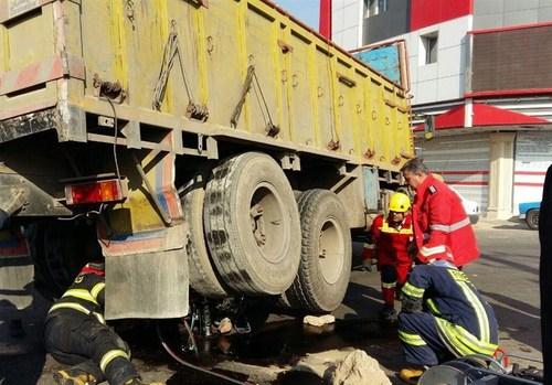 (تصویر) مرگ موتور سوار زیر چرخهای کامیون
