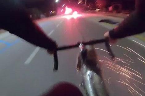 دفاع عجیب دوچرخه سوار در برابر مزاحمین