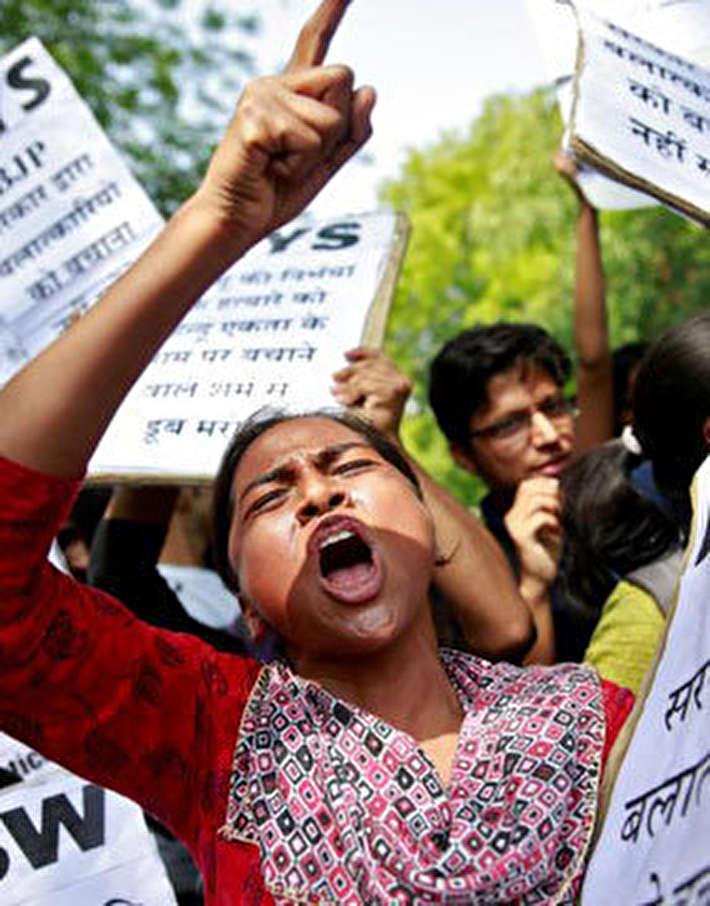 (تصاویر) جنجال تجاوز و قتل یک دختر بچه در هند!