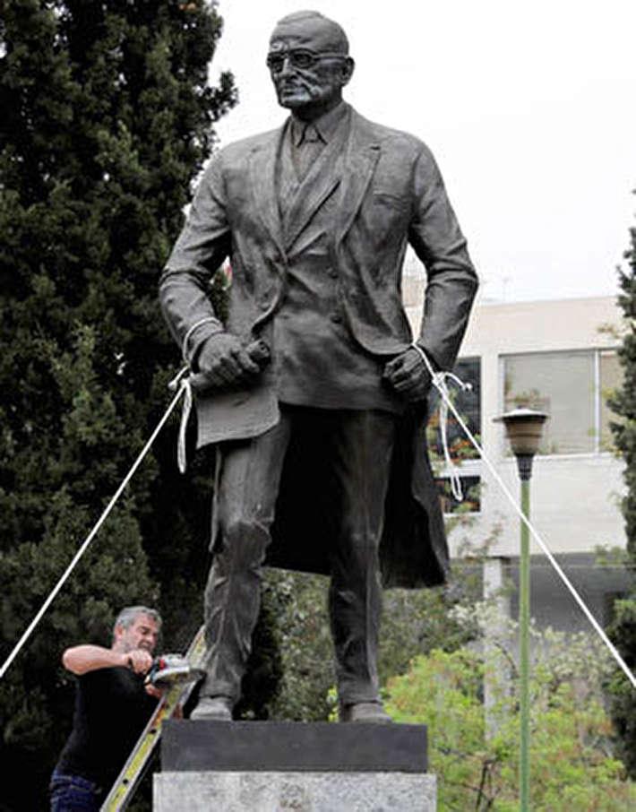 (تصاویر) حمله به مجسمه رئیسجمهور سابق آمریکا در یونان