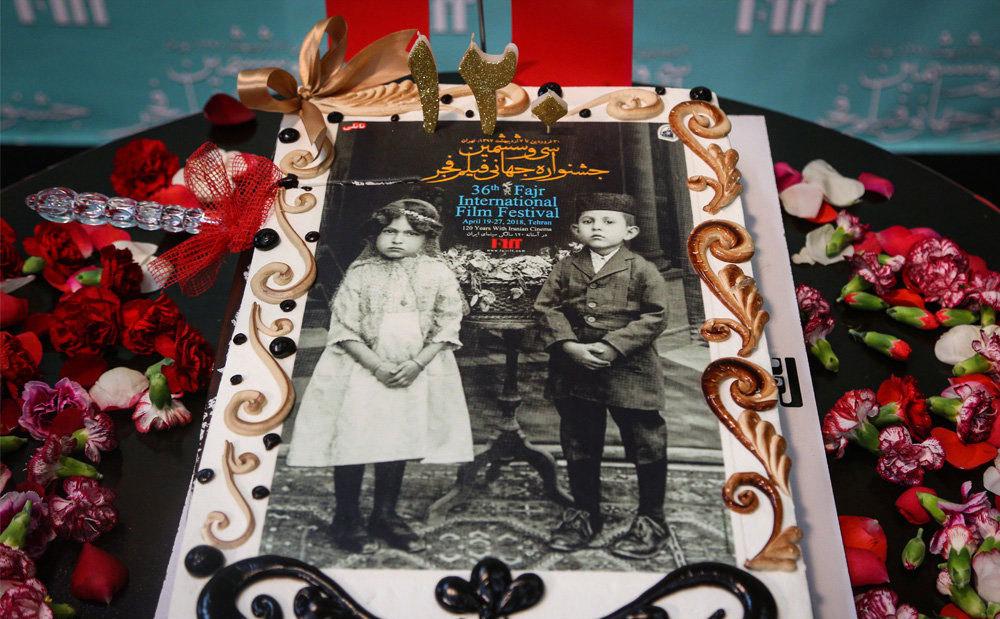 (تصاویر) رضا کیانیان کیک ۱۲۰ سالگی سینمای ایران را برید