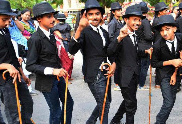 (تصاویر) رژه چارلی چاپلینهای هندی