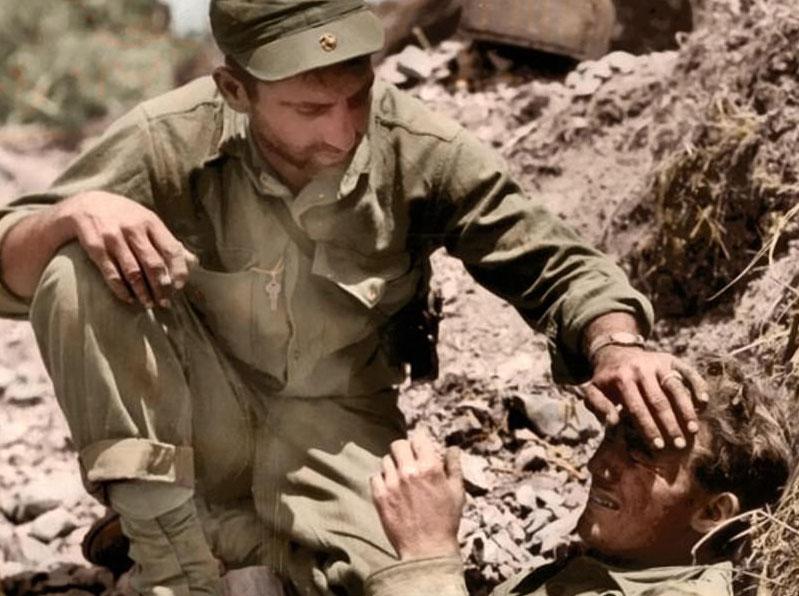 تصاویر رنگی جنگ جهانی؛ از دلداری به همرزم تا پخت نان با گدازه...