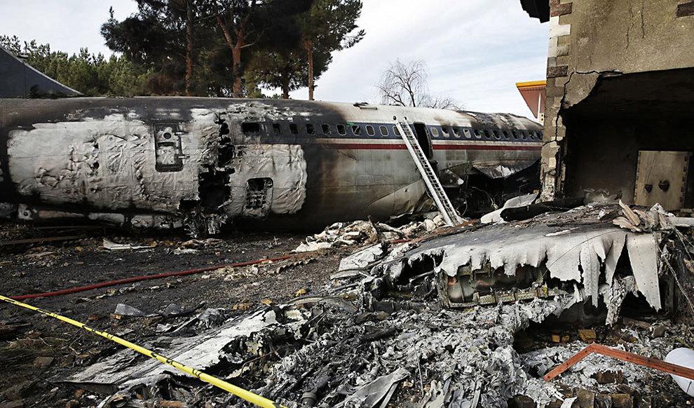 (تصاویر) حضور خانواده قربانیان حادثه سقوط هواپیمای ارتش