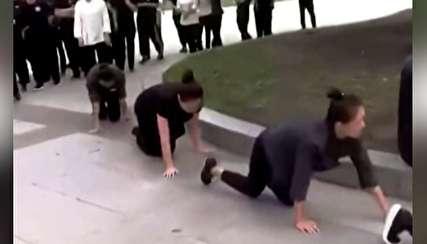 تنبیه جنجالی در چین؛ کارمندانی که چهار دست و پا رفتند!