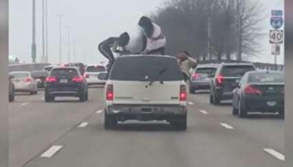 (ویدیو) سلفی عجیب روی سقف ماشین در حال حرکت!