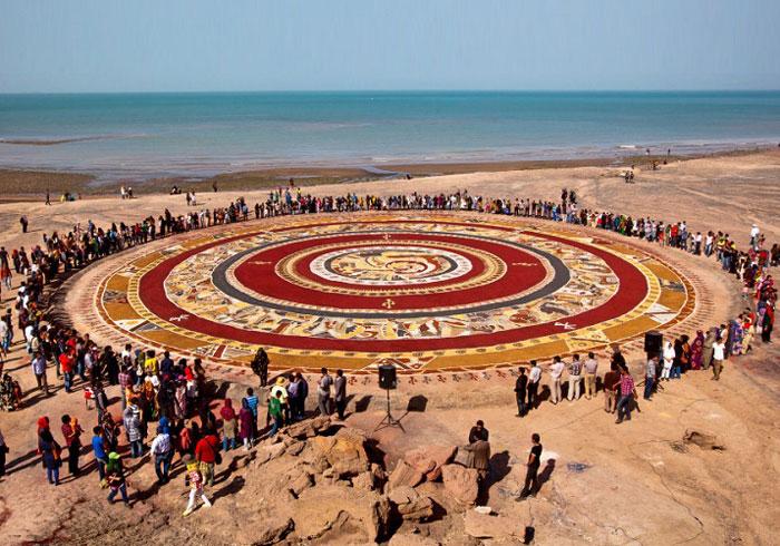 جشنواره بحث برانگیز فرش های خاکی که هر ساله در هرمز برگزار می شود