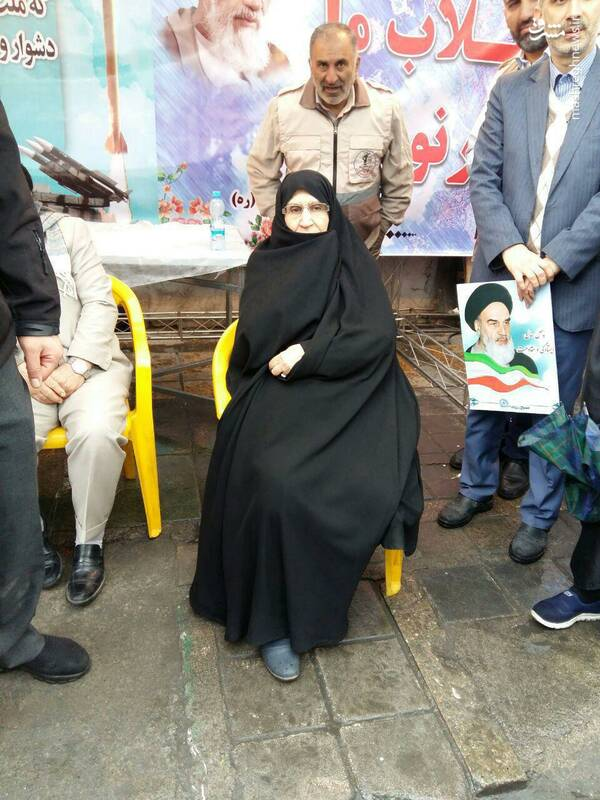 (تصویر) دختر امام خمینی ره در راهپیمایی
